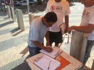 Vereador Tiquinho Mendes participando do abaixo-assinado