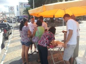 População participando do abaixo-assinado